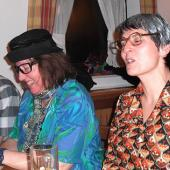 Tina wollt unbedingt graue Haare - passend zum Kleid ... Gitte war etwas farbenfroher mit einer perfekten Handtasche.