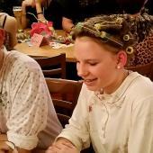 Lena war perfekt. Nicht nur das herrliche Nachthemd mit dem dezenten Blumenmuster war großartig – diese Lockenwickler in den Haaren waren ungeschlagen auf der Pyjama-Party.