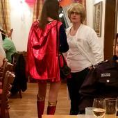 """Das """"Super-Girl"""" hatte ein sehr schönes Kostüm – leider ist sie ein wenig Fotoscheu."""