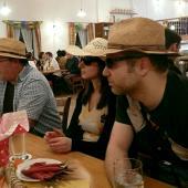 """Das Motto der Grenzlandschützen für 2018 war """"Touristen aus Steinbach besuchen den Kappenabend in Wambach"""". Freizeitbekleidung, Fotoapparate und Sonnenbrillen waren allgegenwärtig."""