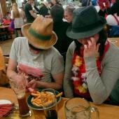 Tobi und Lisa gönnen sich ein feudales Mahl – eine kleine Portion Pommes zu Zweit. Dass sie am Nachmittag schon etwas gegessen haben, habe sie erst hinterher gesagt. Es war in jedem Fall einen Spaß wert.