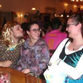 Andi, Angela und Lisa ging es offensichtlich gut am Kappenabend. Die goldene Perücke war schon ausnehmend bemerkenswert.