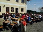 Endlich Sonne - die Gäste genossen es bei Kaffee und Kuchen oder auch Steckerl-Fisch und Brezen in der Sonne zu sitzen.