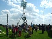Hier hilft die ganze Jugend der Grenzlandschützen zusammen umden Baum aufzustellen.