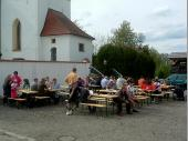 Nach dem Aufstellen saßen die Grenzlandschützen noch ein wenig zusammen und genossen den Tag. Auch einige Radfahrer profitierten von Angebot in Steinbach.