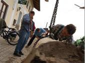 Bereits um 9:00 Uhr Vormittag trafen sich die Vereinsmitglieder, um den alten Baum wieder herzurichten.