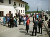 Das Wetter war gut und sowohl Besucher als auch Mitglieder fanden sich in Steinbach ein. Um 13:00 Uhr wurde dann der Baum aufgestellt.