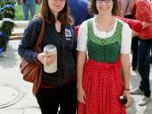 """""""Fesch san's scho - unsane Madl."""" Simone hielt den Krug so fest - und durfte nichts daraus trinken."""
