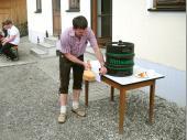 Unser neuer Schützenkönig stiftete zur Feier des Tages ein Fass Bier. Natürlich musste Alfred das Fass auch anzapfen.