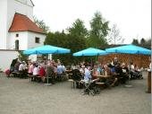 So gut besucht war der 1. Mai in Steinbach schon lange nicht mehr. Mitglieder, Freunde und Gönner des Vereins sowie Fahrrad-Ausflügler erfreuten sich der guten Bewirtung und der herrlichen Kulisse zwischen Kirche und Gasthaus.
