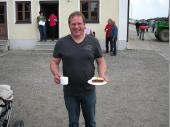 Kaffee und Kuchen wurden nachmittags gereicht. Unsere Vereinsdamen haben die Leckereien gebacken und mitgebracht. Wie viele andere konnte auch Berni den Versuchungen nicht widerstehen.