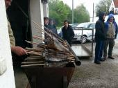 Es wollte nicht aufhören zu regnen. Unser Wirt grillte trotzdem die leckeren Fische, die guten Absatz fanden. Viele freuen sich auf den 1. Mai in Steinbach – auch wegen der guten Fische.