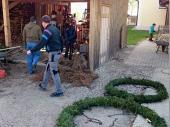 Bereits am frühen Morgen wurden die Kränze für den Baum vorbereitet.