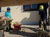 """Alt, Jung und auch """"sehr"""" Jung halfen zusammen, um den Baum herzurichten. Hier die zwei """"Wirts-Buam"""" bei der Arbeit."""