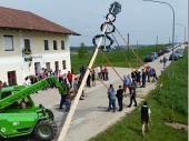 Anderl (unten rechts) hat das Kommando wann und wie weit der Baum immer wieder angehoben wird.