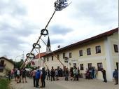 Natürlich wird die Aktion von den Vereinsdamen und unseren Gästen genau verfolgt. Schön dass sich so viele in Steinbach eingefunden haben.
