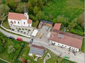 Eine tolle Aufnahme mit der Drohne. Ein guter Blick auf den Maibaum und unsere Herbergsgaststätte. Hüpfburg und Biertisch-Garnituren sind schon vorbereitet.
