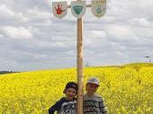 Da können Kilian und Vincent durchaus Stolz darauf sein. Ein Maibaum mit Tafeln dran.