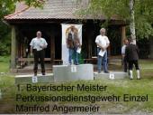 """2002 sagte er: """"... es war Glück.""""  Da Manfred Angermeier 2003 nun wieder bayerischer Meister mit dem Perkussionsdienstgewehr geworden ist, glauben einige nicht mehr nur an """"Glück"""". Vor allem hat er mit der Mannschaft den zweiten Platz belegt und mit der Mannschaft im Perkussionsgewehr auch den ersten Platz. Wir gratulieren Manfred Angermeier sehr herzlich zu diesem Erfolg."""