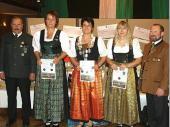 Die Gau-Königin Tina Seisenberger (mitte) mit ihren Vertreterinnen Gabriele Martinus (2.) (links) und Rosi Stadlöder (3.)  sowie Schützenmeister Johann Neumeier und Gauschützenmeister Theo Gratzl. Eigentlich wollte sie den Jubiläumspreis gewinnen. Als sie die Scheibe genauer betrachtete, stellte sie fest, dass es die Königsscheibe war. Einen hervorragenden 51,7 Teiler konnte Tina Seisenberger auf der roten Scheibe platzieren und holte sich somit die Gau-Königswürde. Die Grenzlandschützen gratulieren zu diesem hohen Amt und freuen sich darüber, dass Tina diese hohe Position nach Steinbach geholt hat.