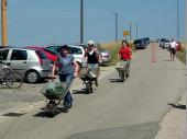 (2007) In der Schubkarre war ein Gewicht von 25 kg. Dieses Gewicht - laufend zu transportieren - ist nicht zu unterschätzen.