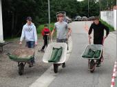 (2009) In der Schubkarre war ein Gewicht von 25 kg. Dieses Gewicht - laufend zu transportieren - ist nicht zu unterschätzen.