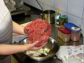 Die wesentliche Grundlage für einen Hamburger ist Hackfleisch. Man nehme davon 1 kg und würze es gut ....