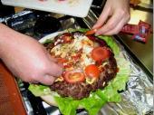 """Gewürze, Zwiebeln  und Tomaten dazu, """"Deckel"""" drauf und schon hat man einen hervorragenden Burger."""