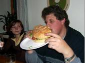 """Nach dem ca. 1,1 kg des Burgers vernichtet waren, war der Trainer auch satt. Der Kommentar von ihm: """"Absolut lecker, aber eine Nummer zu groß""""."""