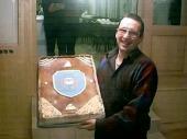 Zur Generalversammlung 2002 brachte Christian Gehrer eine Torte mit dem Vereinslogo (aus Marzipan) mit.