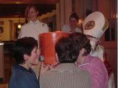 """Angeblich haben die Grenzlandschützen ein Alkohol-Problem - meint der Nikolaus. 2004 mussten so die Damen aus einem preparierten Eimer heraus """"Goasmaß"""" trinken."""