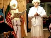 """Der Krampus musste sich 2014 einer """"Schönheitsoperation"""" unterziehen somit hatte der Nikolaus dieses Jahr ein Engerl dabei. Scheinbar war die Auswahl im Himmel aber auch nicht mehr all zu groß. Mit viel """"Hosianna"""" wurden jedenfalls die drei """"Läster-Mäuler"""" (Tina, Gitte und Christiane) auf ihren Balkon begleitet."""
