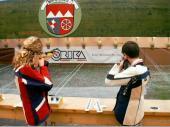 Maria und Berni beim Schießen auf der großen Anlage. Das Oktoberfests-Schießen ist das größte Preisschießen in Bayern. (2002)