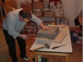 (2008/09) Die Holzschachtel war nichts als die Schalung für den Betonklotz im Inneren des Pakets. Hier musste mit dem Pressluft-Hammer gearbeitet werden. Natürlich war auch Baustahl in Form eines Drahtnetzes in den Beton eingearbeitet.