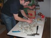 (2011/12) Hunderte von Bierdeckeln und in acht von ihnen war innen ein Euro eingeklebt. Die Suche nach diesen besonderen Deckeln war eine heftige Arbeit für unseren 2. Schützenmeister.