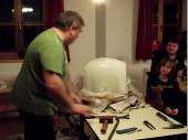 (2011/12) Eines der kuriosesten Pakete war der Eisblock. Ca. 40 x 40x 40 cm hatte der Block und war natürlich mit einem Drahtgeflecht im Inneren ausgerüstet.