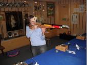 (2013/14) Schießen ohne Visierung - eine Herausforderung und dann noch ohne Blende. Vroni hat sich kurzerhand selbst geholfen. Einige Profi-Schützen des Vereins haben allerdings die Scheibe nicht getroffen.