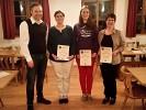 Vereinsmeister der Damen v.l.n.r. Schützenmeister Freudenreich, Elfriede Fürmetz (2. Platz), Cilli Bäker (1. Platz) und Tina Seisenberger (3. Platz).