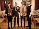 Jugendkönig v.l.n.r. Stefanie Schachtl (3. Platz/129 T.), Florian Fürmetz (Jugendkönig/23 T.) und Roland Sachs (2. Platz/111 T.) mit Schützenmeister Freudenreich.