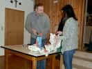 Daniela Seisenberger assistierte unserem Schützenmeister beim Auspacken der Jugend-Packerl. Gleich das erste war mir Klebeband und Kupferdraht sehr stramm verpackt. Früh übt sich …