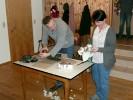 Unser Schützenmeister-Duo hatte aber auch seinen Spaß bei öffnen der Packerl. Auch wenn Martin die heftigen Brocken bearbeiten musste, war es eine unterhaltsame Geschichte. Tina freute sich sichtlich über alle Nüsse, die zum Vorschein kamen.