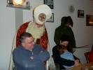 Der Nikolaus besah sich auf seiner Runde die Anwesenden und kommentierte hier und dort schon mal so manche Begebenheit. Der Grampus ging nebenher und folgte den Anweisungen des Heiligen Mannes.